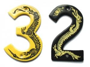 Dragemotiv på husnumre: Et eksempel på hvordan motivet kan tilpasses formen. Drageanatomi er meget elastisk